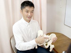 骨盤の模型を使って分かりやすく説明している