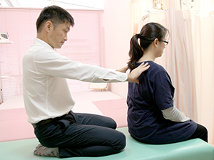 座ったままで施術を受けて頂けます。妊婦さんでもご安心ください