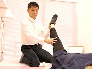脚を調整している施術風景