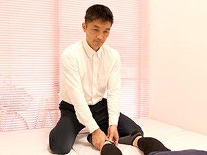 足首の調整を行ってい施術風景