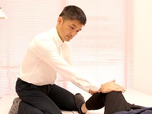 脚・膝の調整を行っている施術風景
